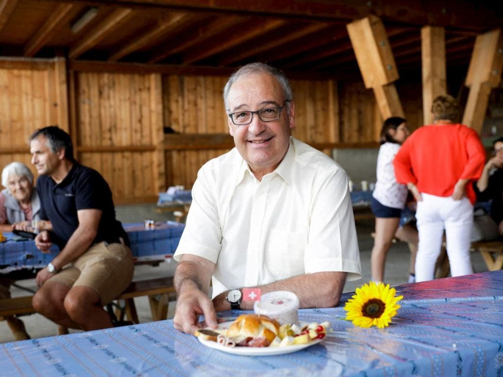 Wirtschaftsminister Guy Parmelin lässt es sich am Brunch der Familie Salis in Chur schmecken. Frisch gestärkt ging es dann für ihn weiter nach Cavaione im Puschlav.
