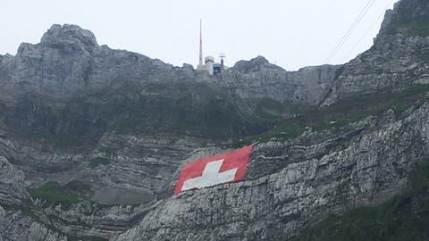 Die grösste Schweizerfahne der Welt hätte eigentlich bis nach dem 1. August am Säntis hängen sollen. Nun wird sie wegen des schlechten Wetters bereits wieder abgehängt. (Bild:Leserreporter)