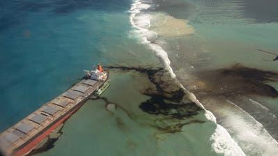 Der schwarz glänzende Ölteppich in an der Südostküste von Mauritius. (Laura Morosoli / EPA)