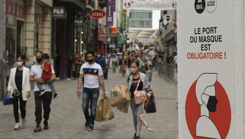 In Belgien gilt die Maskenpflicht in allen Städtezentren. So hier auf einer Shoppingmeile in Brüssel. (Bild: Olivier Hoslet / EPA)
