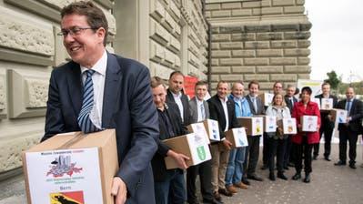 Noch-Parteichef Albert Rösti geht voran: 2018 reichte die SVP ihre Begrenzungsinitiative bei der Bundeskanzlei ein. (Bild: Peter Schneider/Key (Bern, 31. August 2018))