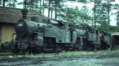 Parade hinter dem Depot Da Lat in Vietnam. Die ehemaligen Furka-Dampflokomotiven stehen 1990 zum Verlad auf den Lastwagenbereit. Sie werden in die Schweiz zurück transportiert. (Martin Horat)
