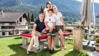 Hier tankt er Energie: Marco Chiesa mit seinen Kindern Micol und Mathias und seiner Ehefrau Monja. (Bild: Sandra Ardizzone (Lenz, 7. August 2020))