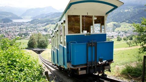 Die Sonnenbergbahn kurz vor der Bergstation. (Bild: Manuela Jans-Koch(Kriens, 9. Juli 2015))