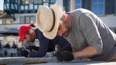 Die beiden Künstler Patrik und Frank Riklin haben im Juni vor dem St.Galler Kloster die «Zehn Gebote Vol. 2» in Sandsteintafeln gemeisselt. (Bild: Raphael Rohner)