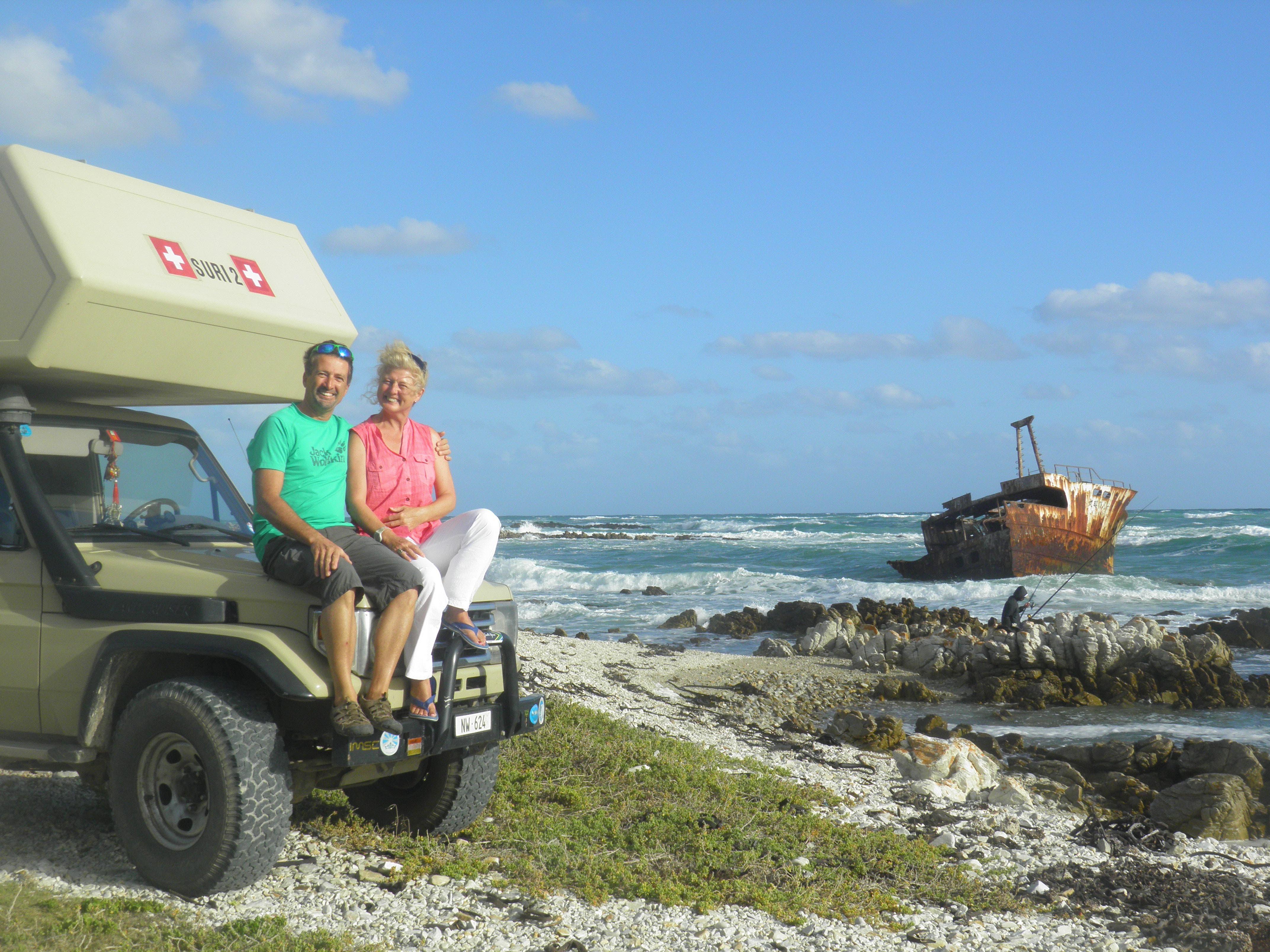 Die Reisenomaden Walter und Ruth Odermatt. Hier am südlichsten Punkt Afrikas, wo sich der Indische mit dem Atlantischen Ozean trifft.