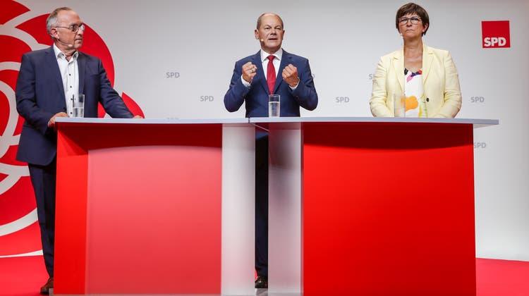 Das Führungstrio der SPD mit unterschiedlichen politischen Positionen: Spitzenkandidat Olaf Scholz (m) und die Co-Parteichefs Saskia Esken (r) und Norbert Walter-Borjans (l). (Hayoung Jeon / EPA)