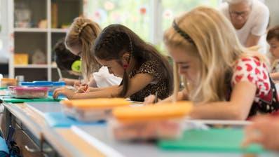 Für viele Schülerinnen und Schüler sind die Sommerferien seit Montag zu Ende. (Foto: Keystone)