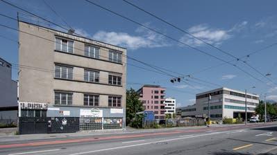 Das CSS-Gewerbegebäude (links) soll 60 Meter ostwärts verschoben werden. (Bild: Pius Amrein (Luzern, 12. August 2020))