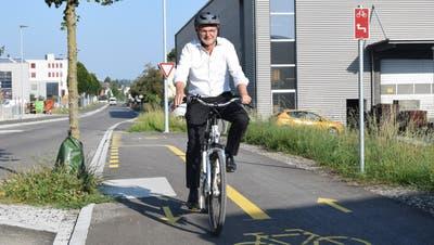 Der Flawiler Gemeindepräsident Elmar Metzger testet den Radweg. (Bild: Lara Wüest)