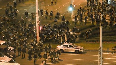 Die Polizei hat nach Protesten in Belarus tausende Menschen festgenommen. (AP)