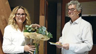 Gemeindepräsident Lukas Hoffmann verabschiedet Gemeindeschreiberin Bete Neziraj-Gjoni mit einem Blumenstrauss. (Bild: Georg Stelzner (Hohentannen, 12. August 2020))