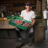 Bauer Pirmin Brandes (36) mit Beeren in seinem Hofladen in Berg. (Benjamin Manser)