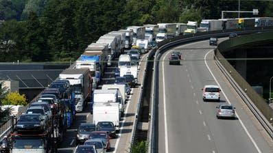 Oftmals verursachen Geisterfahrer Unfälle, was zu Stau auf Schweizer Autobahnen führt. (Symbolbild) (Keystone)