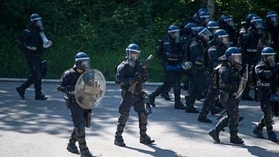 Die Polizeikorps von Luzern, Nid und Obwalden führen am 25. Mai 2018 in Schüpfheim einen Weiterbildungskurs im Ordnungsdienst durch. Polizei, Übung, Sicherheit (Corinne Glanzmann)