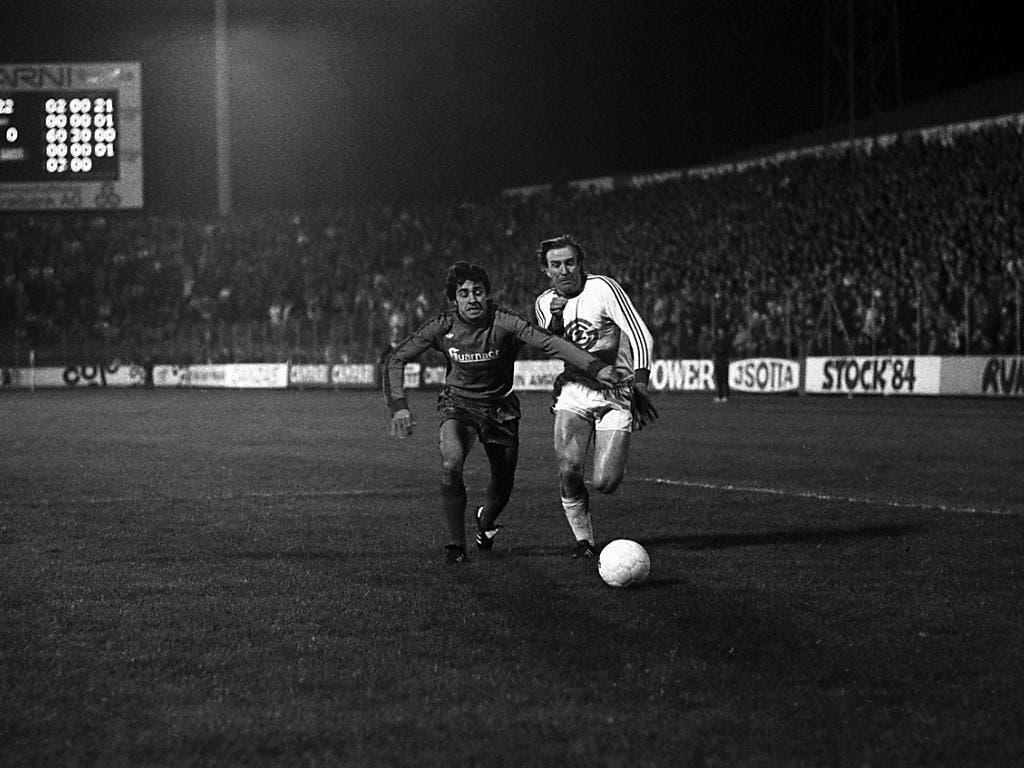 Günter Netzer (rechts) mit GC in einem Flutlichtspiel im «Joggeli». Hier wehrt er sich gegen Basels Otto Demarmels