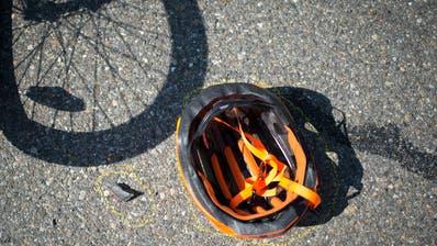 Um die Sicherheit von E-Bike-Fahrenden zu steigern, schlägt der Bundesrat auch für langsame Elektrovelos eine Helmpflicht vor. (Symbolbild) (Benjamin Manser)