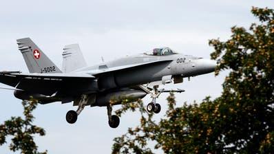 Soll unter anderem ersetzt werden: Ein Kampfjet F/A-18 der Schweizer Luftwaffe beim Anflug auf den Flugplatz Emmen. (Archivbild) (Keystone)