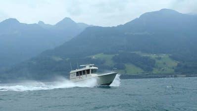 Kritischer Einsatz bei stürmischem Wetter: Die Seerettung Weesen kann eine Stand-up-Paddlerin in letzter Minute aus dem Walensee holen. (Bilder: Seerettung Weesen)