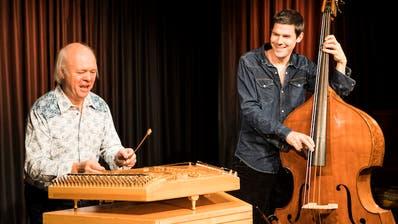 Töbi Tobler am Hackbrett und Patrick Sommer am Kontrabass. (Bild: PD/Anna Tina Eberhard)
