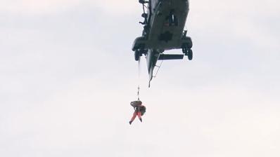 Rettungsteams aus Hund und Mensch üben in Alpnach das Abseilen vom Helikopter