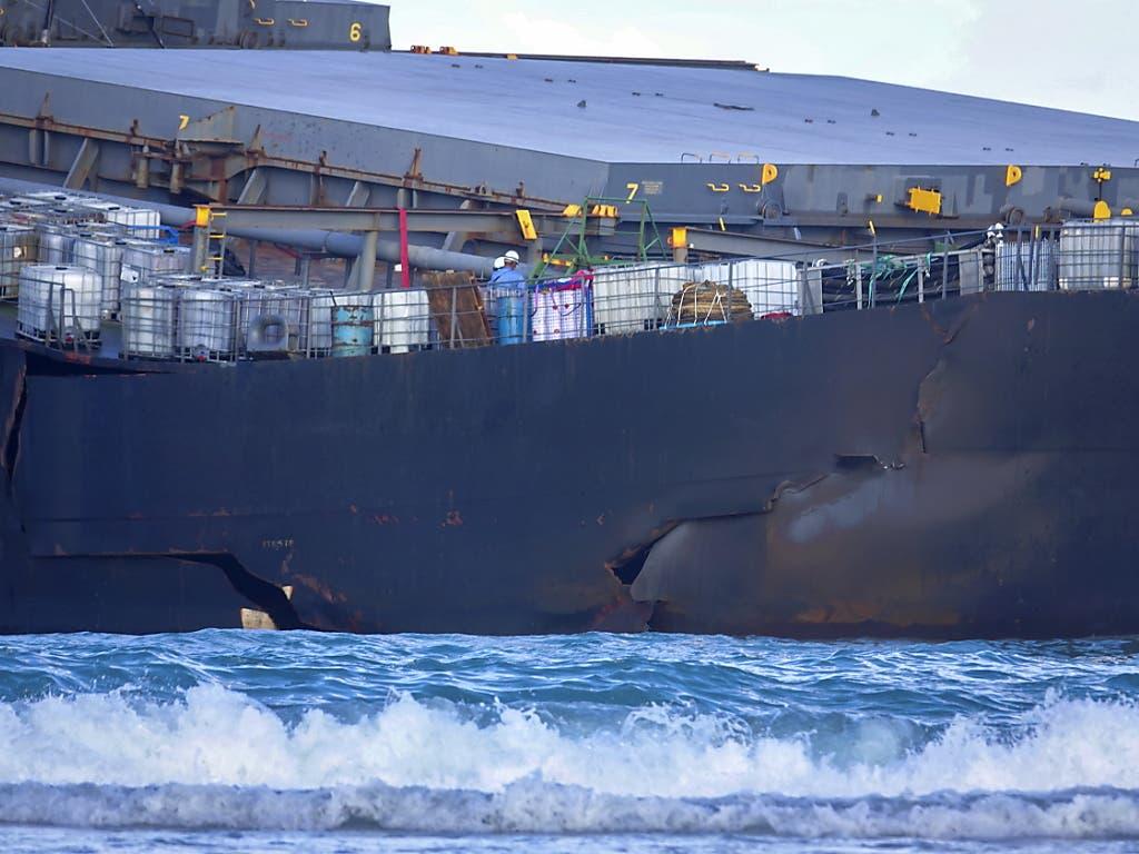 Der Bruch des Frachters war absehbar. (EPA/STRINGER Geo-Information: Mauritius/Pointe d'Esny Quelle: EPA Fotograf: STRINGER