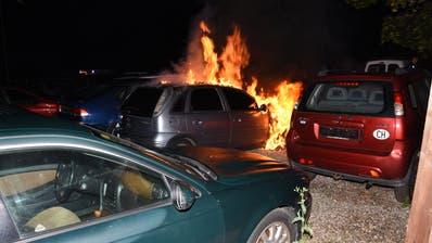 Das Auto im Vollbrand – an zwei nebenstehenden Autos entstanden Folgeschäden. (Bild: Kantonspolizei St.Gallen)