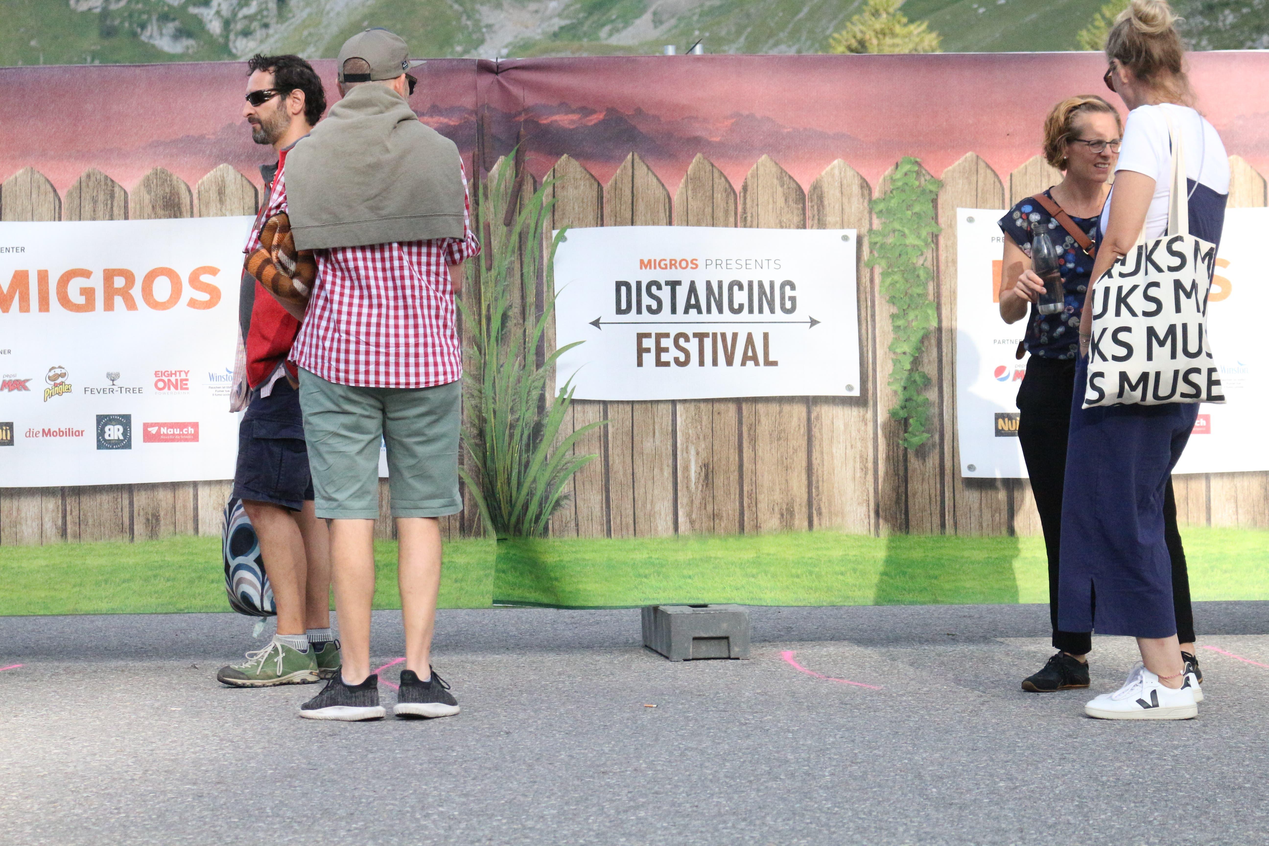 Sitzen statt stehen: Am Distancing Festival müssen die Besucher aufs Tanzen verzichten.