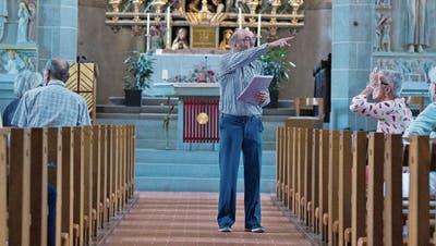 Der Botschafter aus der Vergangenheit: Stadtführer Jürg Rohner in der Kirche St.Oswald. (Bild: Stefan Kaiser (Zug, 16.August 2020))