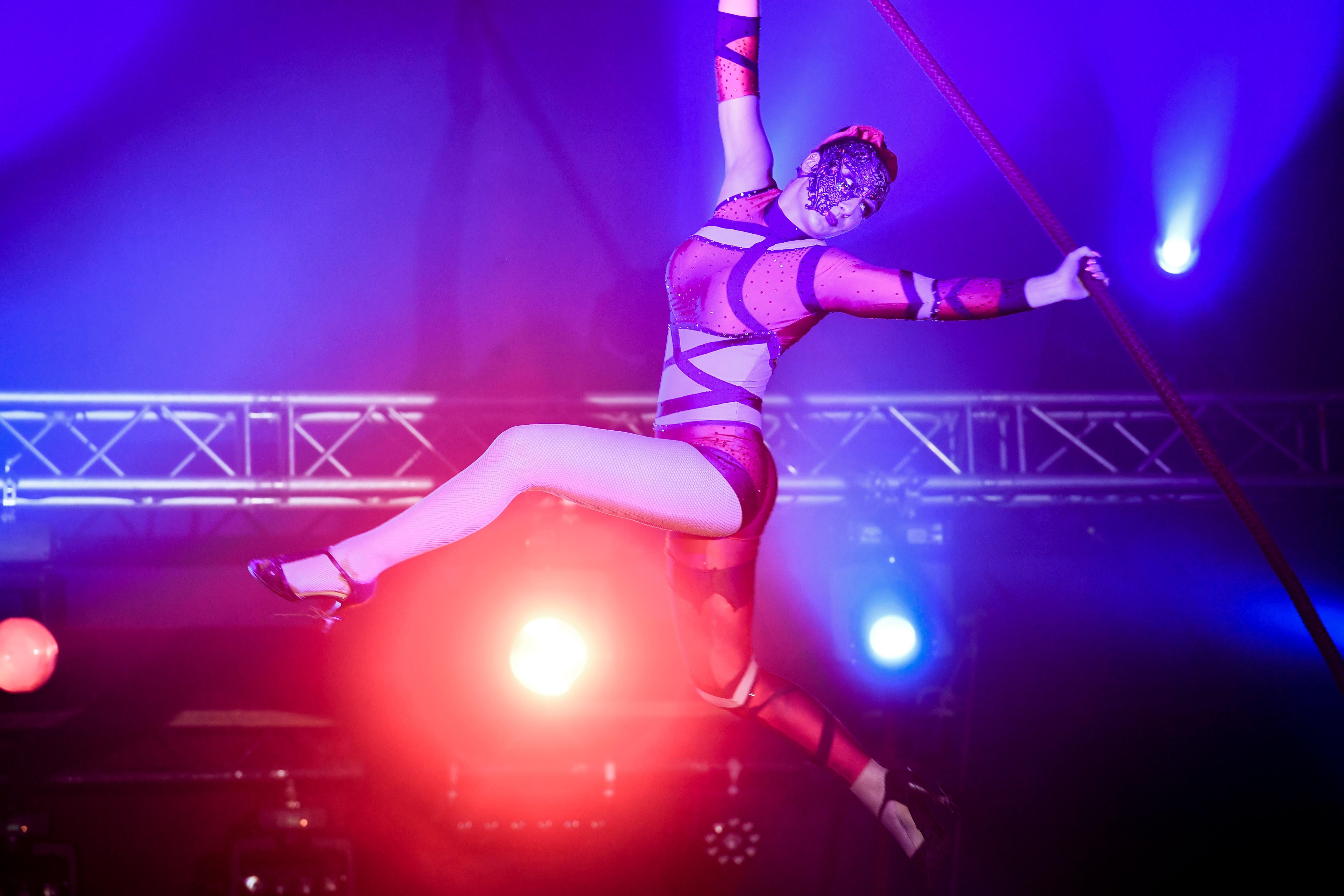Hoch oben unter dem Zirkuszelt zeigt die Akrobatin ihr Können.