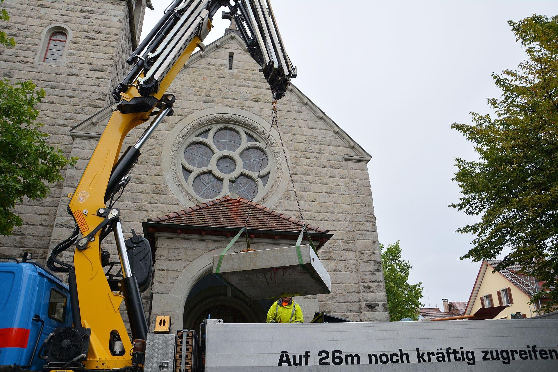 Der rund 1,5 Tonnen schwere Betonsockel wird zuerst platziert.