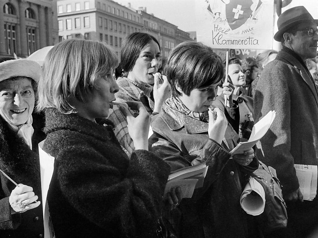 Auf dem Bundesplatz in Bern demonstrieren am 1. März 1969 mehrere tausend Frauen und Männer für das Frauenstimmrecht und gegen die Unterzeichnung der europäischen Menschenrechtskonvention mit dem Vorbehalt, dass Frauen nicht mitgemeint seien.