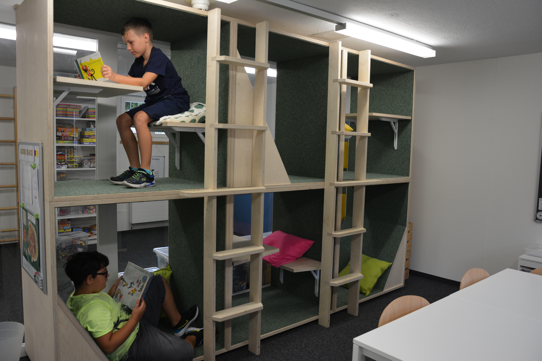 Tim und Gjin aus Uri sind begeistert ab den neuen Lernboxen an der Tagesschule Schwyz.