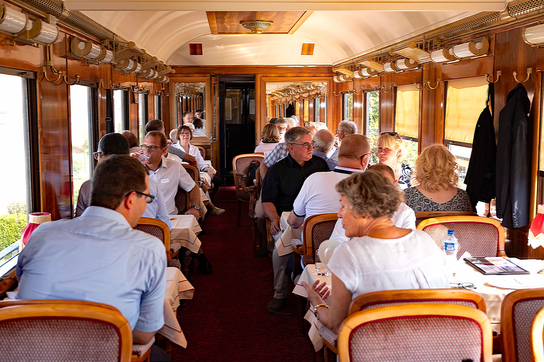 Im historischen Speisewagen geniessen die Fahrgäste die Aussicht.