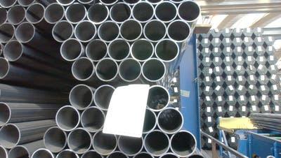 Stahlrohre, wie sie Mubeaan der Industriestrasse 24 in Arbon herstellt. Das fremdvermietete Areal an der Industriestrasse 23 hat das Unternehmen kürzlich an den Helvetica-Immobilienfonds verkauft. (Bild: Susann Basler)