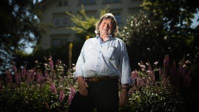 Sonst steht er hinter der Kamera: Fotograf Mäddel Fuchs im Garten im ausserrhodischen Speicher. (Bild: Benjamin Manser)