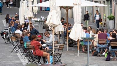 Luzern lebt wieder, nach den Corona Schliessungen, kehrt das leben auf die Gassen zurück. Fotografiert am Freitag vor Pfingsten 29. Mai 2020.Im Bild: wonderBar in der PfistergasseStrassencafe, Alltag, Gastronomie, Cafe, Bar, Restaurant,LZ Boris Bürgisser (Lz / Boris Bürgisser / LZ / Boris Bürgisser)