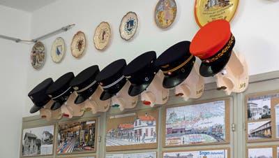 Hüte aus vergangenen Zeiten im Museum im Bahnhof Hemishofen: Sie waren bis zirka 1980 im Einsatz. (Bild: Andreas Taverner)