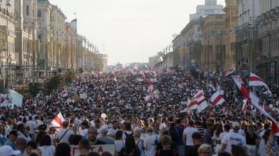 Freiheitsmarsch in Minsk: Tausende Weissrussen protestieren gegen Präsident Lukaschenko. (Yauhen Yerchak / EPA)
