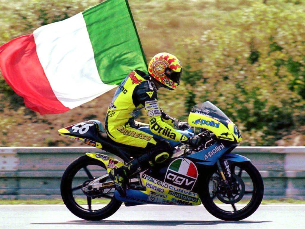 Ehrenrunde mit der Tricolore: Valentino Rossi fährt mit 17 Jahren in Brünn zum ersten GP-Sieg