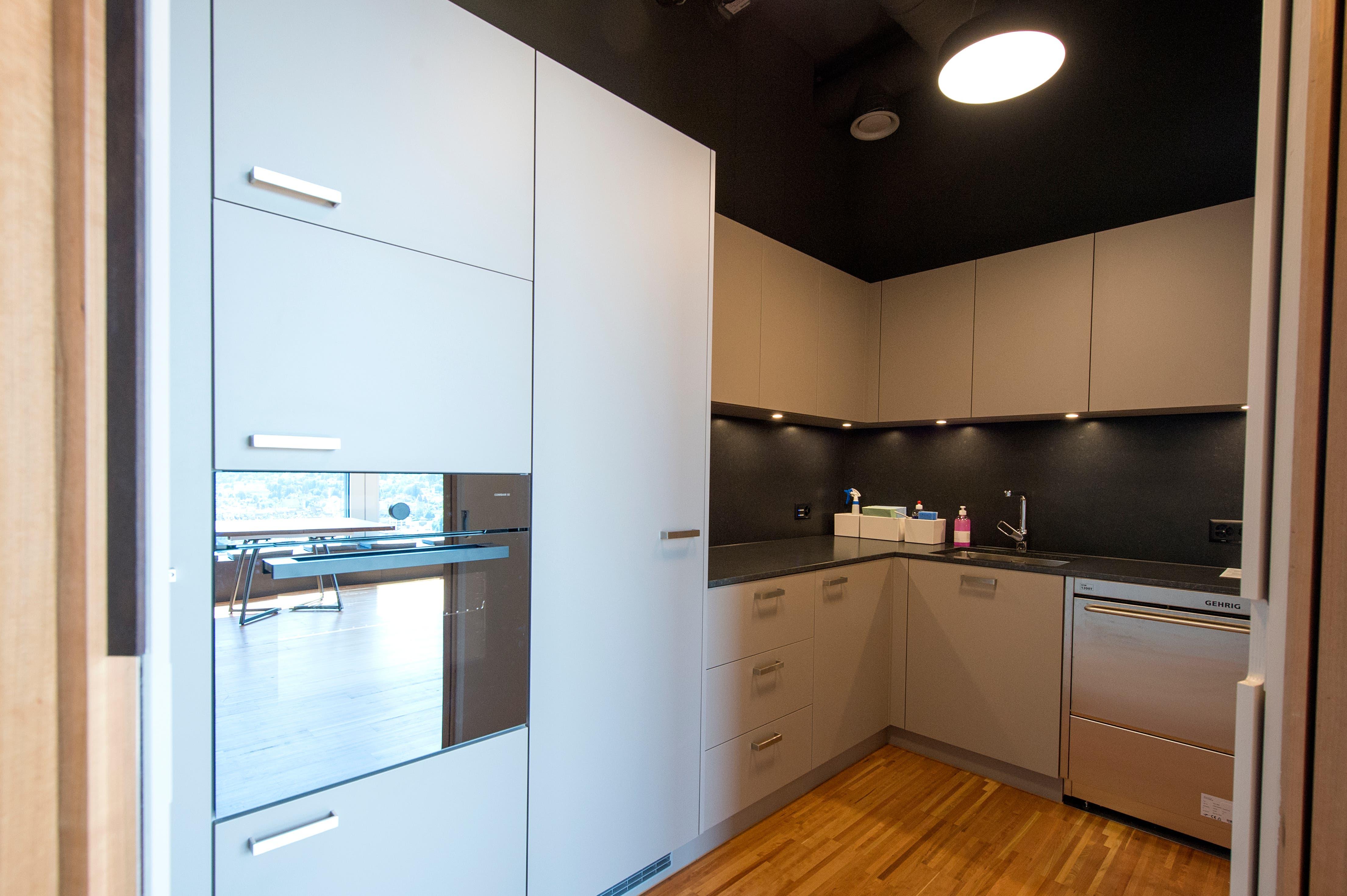 Auch eine knapp ausgerüstete Küche gehört zum Inventar – allerdings ohne Kochfeld.
