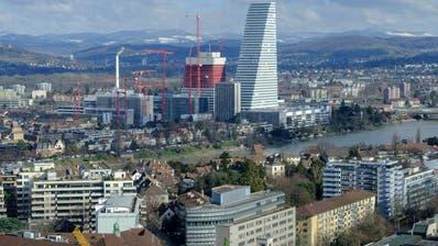 Der Roche-Turm in Basel steht auch sinnbildlich für die Grösse des Konzerns im Vergleich zur Schweizer KMU-Landschaft. (Kenneth Nars / BLZ)