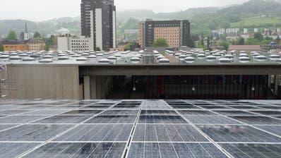 Seit sieben Jahren hat es auf Hallen der Olma-Messen grosse Photovoltaik-Anlagen. Bis 2050 will der Stadtrat mit solchen Panels jedes Jahr 4500 Kilowatt-Peak mehr Sonnenstrom erzeugen. (Bild: Benjamin Manser)