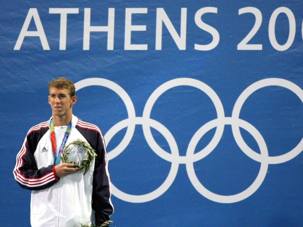Olympiasieger Michael Phelps bei der Siegerehrung 2004 in Athen über 100 m Delfin