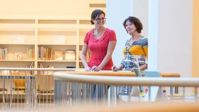 Sara Marty (links), Geschäftsführerin des Doku-Zug und Pia Rutishauser, Leiterin der Bibliothek Zug, freuen sich auf die kommende Integration der Dossiers und Medien des Doku in die Stadtbibliothek. (Bild: Maria Schmid (3.August 2020))