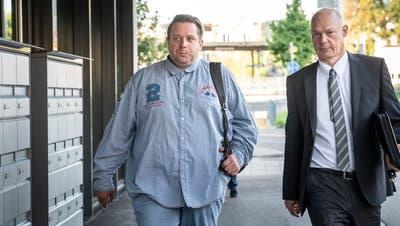 Oliver Skreinig(links) auf dem Weg zu seinem Prozess. (Andrea Stalder)