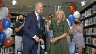 Joe Biden mit seiner Frau Jill und seinen Enkeln: Sie feierten die Nominierung in der Bibliothek der High School von Bidens Heimatstadt Wilmington. (Keystone)