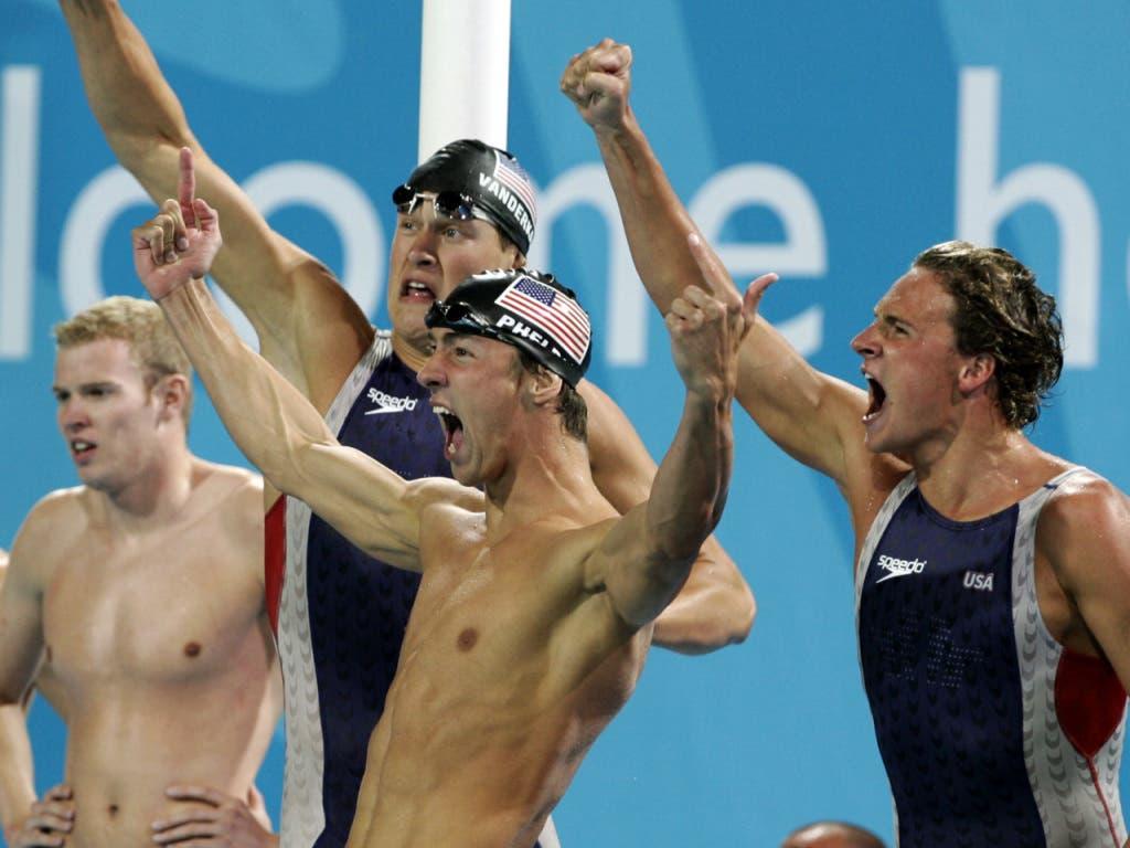 Michael Phelps (Mitte) bejubelt mit Peter Vanderkaay (mit Badekappe im Hintergrund) und Ryan Lochte (rechts) den US-Staffelsieg über 4x200 m Crawl