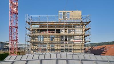 Winterthur Sulzerareal, Halle 188: Montage von wiederverwendeten Fensterelementen. (Bild: Martin Zeller)