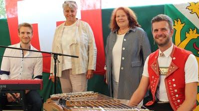 Zwei Politikerinnen umrahmt von zwei Musikern: Elias Bernet, Cornelia Komposch, Sonja Wiesmann und Nicolas Senn. ((Bild: Manuela Olgiati))